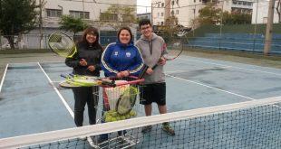 três praticantes de tênis posam para foto em quadra de barueri