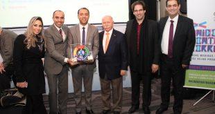 representantes de barueri posam com prêmio em mãos