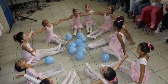 meninas do baby ballet sentadas em círculo durante uma apresentação
