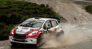 Peugeot 208 Maxi Rally passando por pista enlameada
