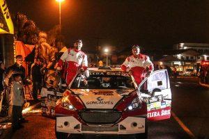 Facco e Herrero posam ao lado do Peugeot 208 Maxi Rally