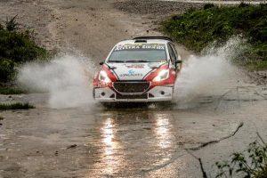 Peugeot 208 Maxi Rally passando por lâmina d'água
