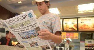 funcionário do mcdonald's lê uma edição do jornal do Sinthoresp dentro de unidade da rede de fast food