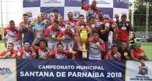 Equipe do Brasok celebra título com troféu na mão