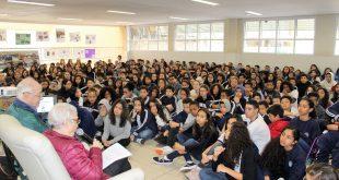 Nanette Blitz Konig discursando para dezenas de alunos da Emeief Dorival Faria
