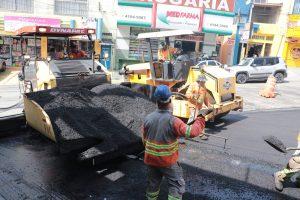 homens e máquinas trabalhando em recapeamento de rua em barueri