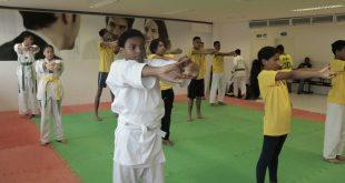 praticantes de taekwondo se exercitam