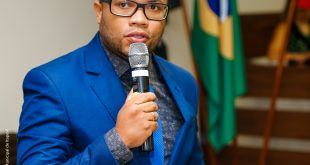 vereador thiaguinho discursando durante sessão na câmara de itapevi