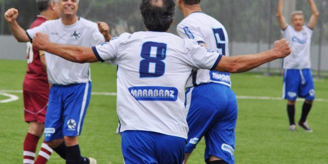 jogadores de time de barueri celebram um gol