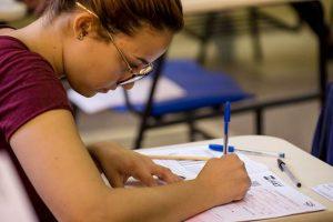 uma estudante concentrada na prova do vestibular da fatec para o primeiro semestre de 2019