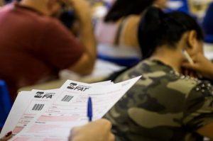 candidatos prestando um exame de vestibular da fatec