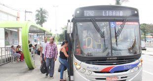 pessoas embarcando num ônibus da linha T242