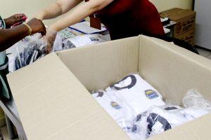 caixa com uniformes recém-aberta