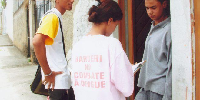 agentes de combate à dengue saúde visitando casa em Barueri