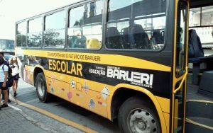 vista lateral de ônibus escolar que atende a EMEF Profª Naly Benedicta Bocegatto Camargo Mancini, em Barueri
