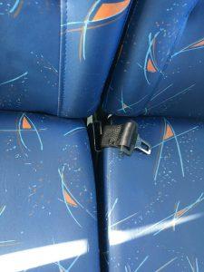 Cinto faltando em ônibus escolar que atende a EMEF Ezio Berzaghi, em Barueri