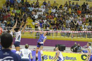 atletas do hinode barueri e do brasilia disputando uma bola na rede