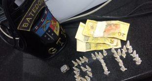 pinos de cocaina dispostos de modo a formar a sigla GTM e cédulas de dinhiro dispostos sobre uma mesa