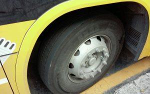 Pneu de ônibus escolar que atende a EMEF Profª Naly Benedicta Bocegatto Camargo Mancini, em Barueri