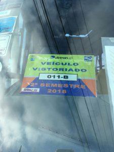 Selo de vistoria do Detran.SP em ônibus escolar que atende a EMEF Ezio Berzaghi, em Barueri