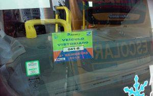Selo de vistoria semestral do Demutran de Barueri em ônibus escolar que atende a EMEF Profª Naly Benedicta Bocegatto Camargo Mancini