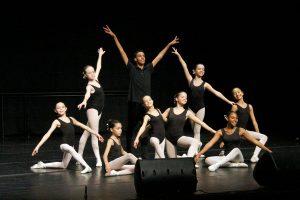 alunos do núcleo de dança em apresentação