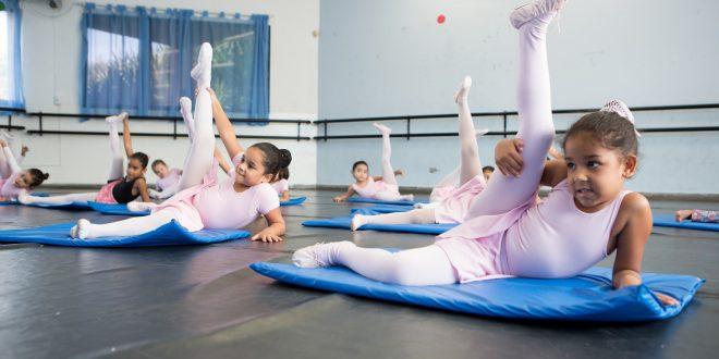 alunas de balé das oficinas de artes praticam movimentos