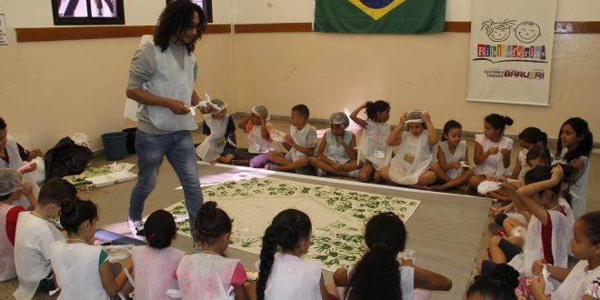 monitora com crianças durante atividade de biblioférias