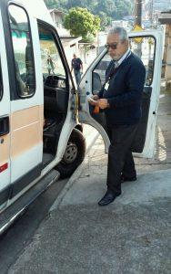 homem vistoriando veículo escolar que atende a CEMEB Papa João Paulo II, em itapevi