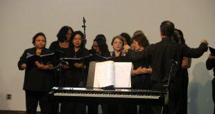 mulheres cantando diante de um piano
