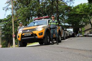 dois agentes de trânsito de barueri posam ao lado de viatura do órgão