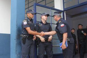 guardas se cumprimentando