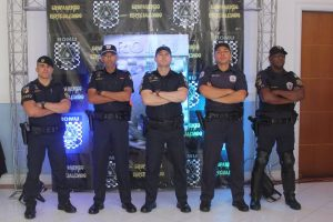 guardas posam para foto diante de backdrop