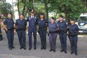 guardas femininas posam para foto