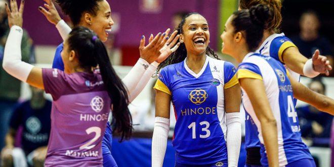 jogadoras do Hinode Barueri celebram um ponto conquistado