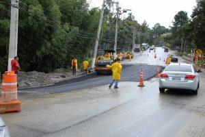 Equipes da prefeitura tapando cratera na Estrada dos Romeiros
