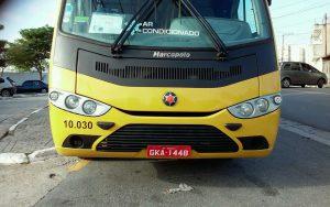 vista frontal de ônibus escolar que atende a EMEF Ezio Berzaghi, em Barueri (placa GKA 1448)