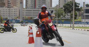 um motociclista realizando manobras entre cones em barueri